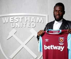 Masuaku pose avec son nouveau maillot du West Ham. WHUFC