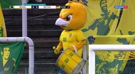 Canarinho Pistola viraliza com máscara e percussão no estádio vazio. Captura/Sportv