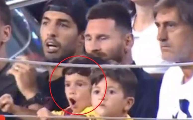 La réaction de Suarez quand le fils de Messi célèbre un raté du Barça. Twitter