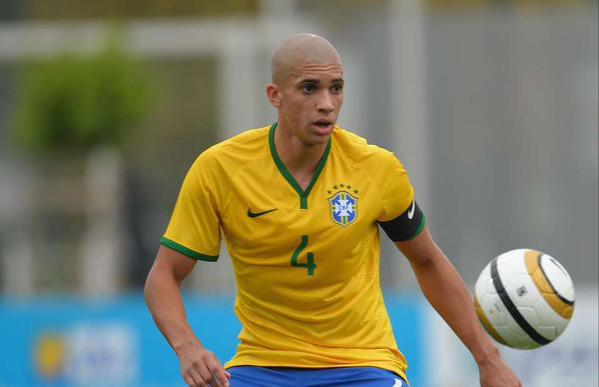 Matheus Doria disputa un partido con las categorías inferiores de la selección brasileña. Twitter
