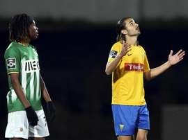 Mattheus reza ante la mirada de Joris Kayembe, tras anotar el primer gol del Estoril ante el Rio Ave. Twitter