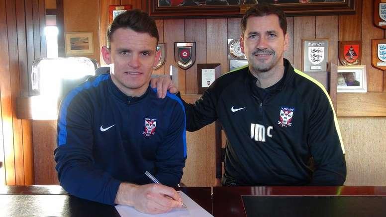 Matty Dixon, en el momento de firmar su contrato como nuevo futbolista del York City. Twitter