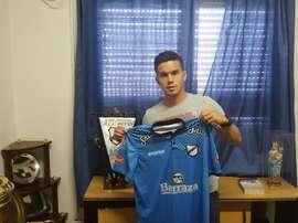Mauro Milano posa con la camiseta del All Boys. Twitter