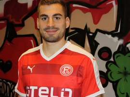 Mavrias posa ya con la camiseta del Fortuna Düsseldorf. Twitter