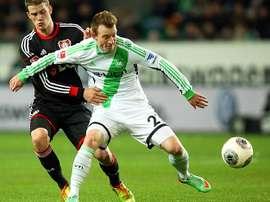Maximilian Arnold protege un balón en un partido ante el Bayer Leverkusen. VFLWolfsburg