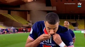 Mbappé kissed the PSG badge. Screenshot/Vamos