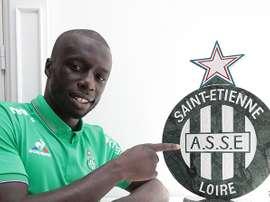 Mbengue posa con el escudo del Saint Etienne. SaintEtienne