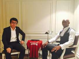 Mbia posa con la camiseta de su nuevo equipo, el Hebei Fortune chino. Twitter