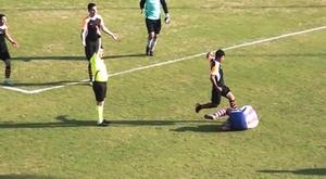 Mehmet Değirmenci, futbolista del Sayanispor, a punto de patear el rostro de Kayhan Karakaş, en un partido de la liga regional turca. Twitter