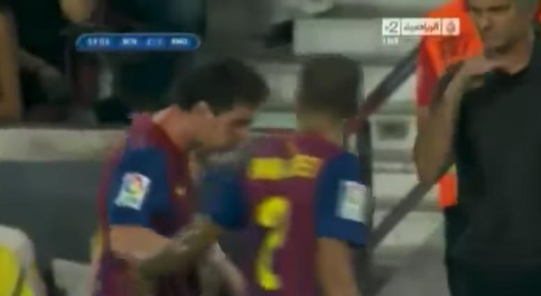 Mourinho y su polémico gesto hacia Messi. Captura/Al-Jazeera