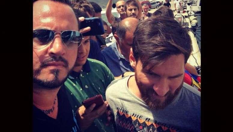 Este es el guardaespaldas que no se separa de Messi. Twitter