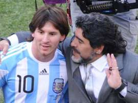 Messi, junto a Maradona en el Mundial 2010. Twitter