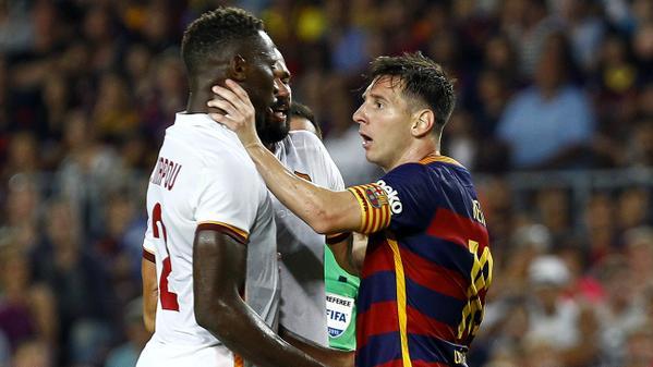 Messi llegó a agarrar del cuello a Yang-Mbiwa durante el Barcelona-Roma. Twitter