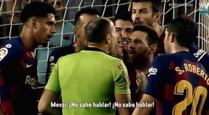Messi à l'arbitre après l'expulsion de Dembélé. Captura/ElDiaDespues/Movistar