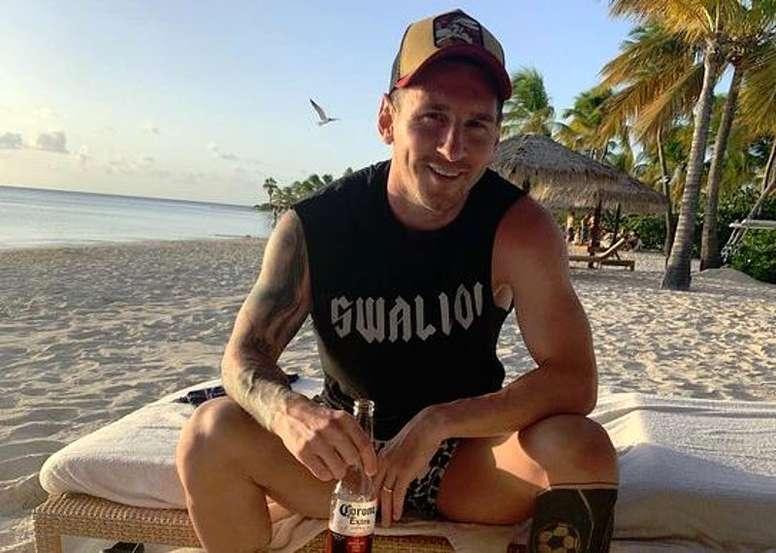Messi troca o mate pela cerveja. Insgram/AntonelaRocuzzo