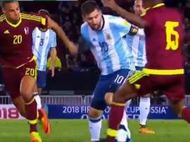 Messi realizó un caño sobre Murillo. Twitter