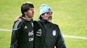 Maradona le ha dado un buen tirón de orejas a Messi. EFE / Archivo