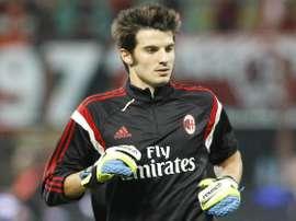 Michael Agazzi calienta en un partido del AC Milan. Twitter