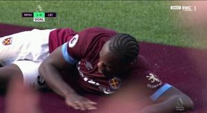 Michail Antonio se puso cariñoso con una moqueta tras marcar. Captura/RMCSport