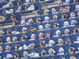 Thousands of teddy bears lined the stands. Twitter/scHeerenveen