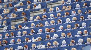 Jogo entre Heerenveen e Emmen teve milhares de ursinhos nas arquibancadas. Twitter/scHeerenveen