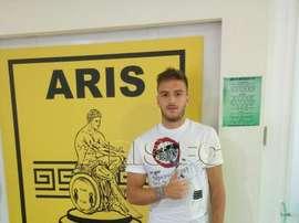Milunovic posa como jugador del Aris. ArisFC