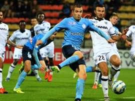 Miracoli remata a puerta el que sería el único gol del Tours en su victoria ante el Angers en la Copa de la Liga de Francia. Twitter
