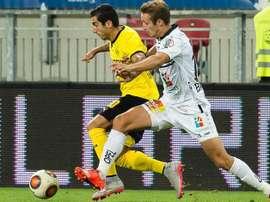Mkhitaryan pugna por el balón durante el partido que enfrentó a Borussia Dortmund contra Wolfsberger AC en la Fase Previa de la Europa League. Twitter