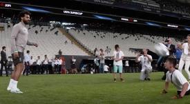 Não é só futebol: Salah fez menino sem pernas mais feliz. Captura/Dugout