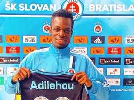 Moise Adilehou, en su presentación como nuevo jugador del Slovan Bratislava. Twitter