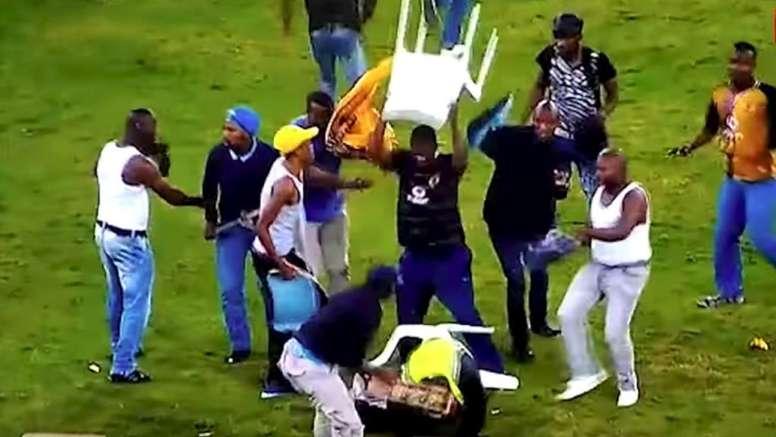 Parte de la afición de los Kaizer Chiefs invadió el campo. Captura/Youtube