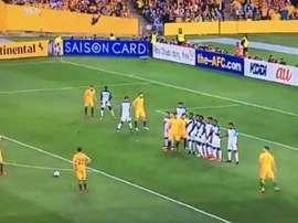 O momento da falta cobrada pelo capitão australiano. Captura/Twitter