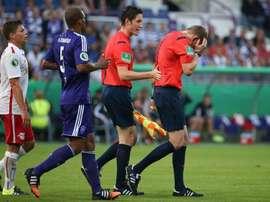 Momento en el que el árbitro recibió el mecherazo en el encuentro entre el Osnabrück y el Leipzig. Twitter.