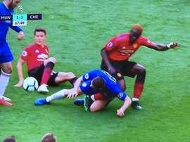 Bailly se llevó un tremendo mal rato con su lesión. Captura/MovistarLigadeCampeones