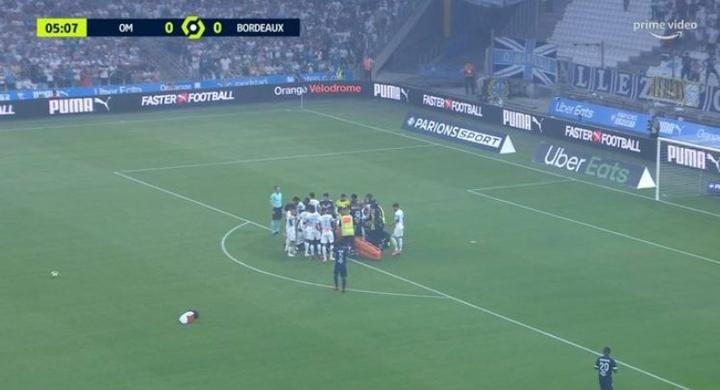 Kalu cayó desplomado al césped del Vèlodrome. Captura/PrimeVideo