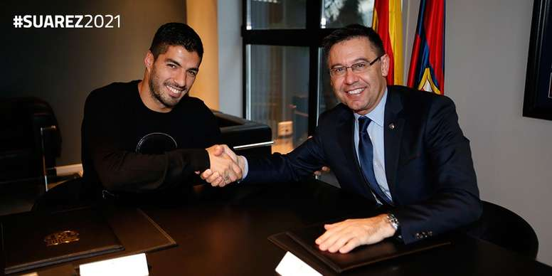 Luiz Suarez shaking hands. FCBarcelona