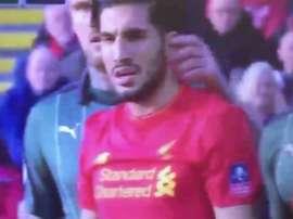 Momento en el que un defensor del Plymouth distrae al jugador del Liverpool Emre Can metiéndole un dedo en el oído. Twitter
