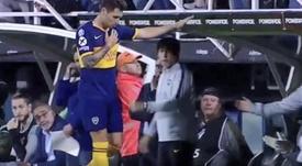 Zárate se tocó el escudo de Boca ante los insultos. Captura/FOXSports