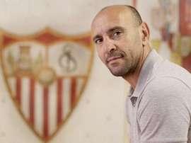 Monchi, junto al escudo del Sevilla. Twitter