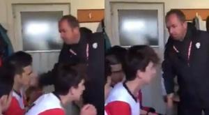 Un entraîneur motive ses joueurs à coups de baffes. Capture/lacarabdeporte