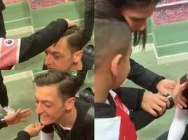 Özil a mostrar a sua faceta humana uma vez mais. Twitter/MesutOzil1088