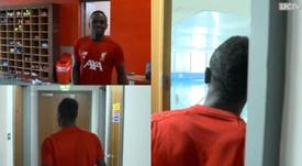 Mané lanzó el primer dardo a su compañero Robertson. Twitter/LFC