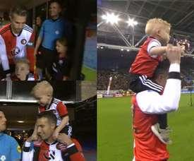 Van Persie entra in campo con un bambino sulle spalle. Captura/FoxSports