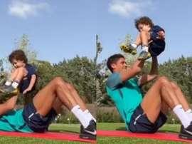 Varane treina com um parceiro especial. Instagram/raphaelvarane