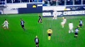 Dybala acabó por los suelos tras el pelotazo. Captura/GOL