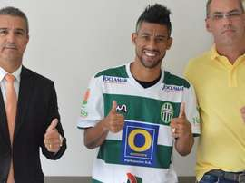 Moura posa con la camiseta de su nuevo equipo, el Metropolitano brasileño. Twitter