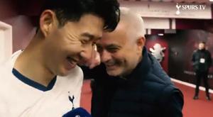 Mourinho brinca com Son. Captura/SpursOfficial