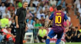 Mourinho, a los pies de Messi. AFP