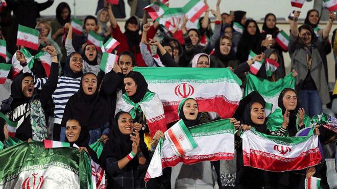 Mujeres iraníes en un campo de fútbol. AFP