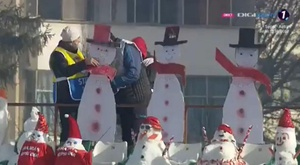 Snowmen in attendance in Romania. Screenshot/DigiSport
